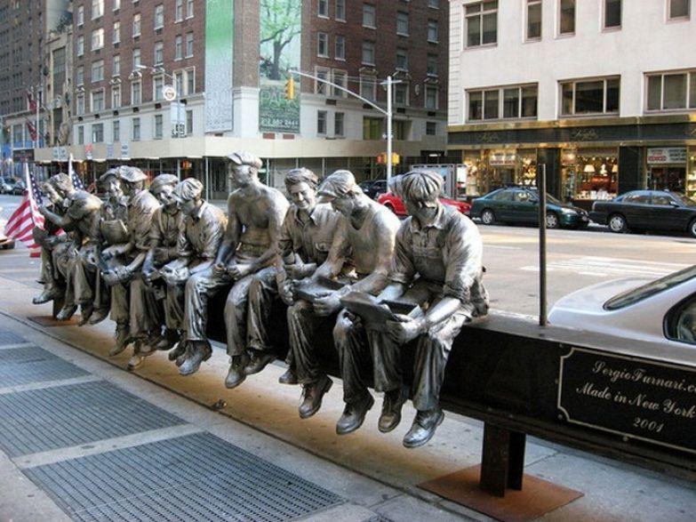 Фото настолько популярно, что его даже увековечили в скульптуре.