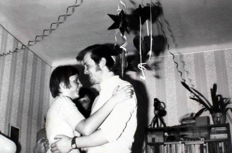Ангела Каснер танцует с молодым мужчиной на новогоднем празднике в Берлине в 1972 году.