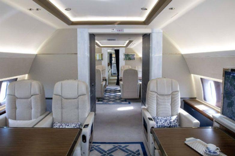Внутренняя отделка самолета повторяет цветовые решения дворцового кабинета короля
