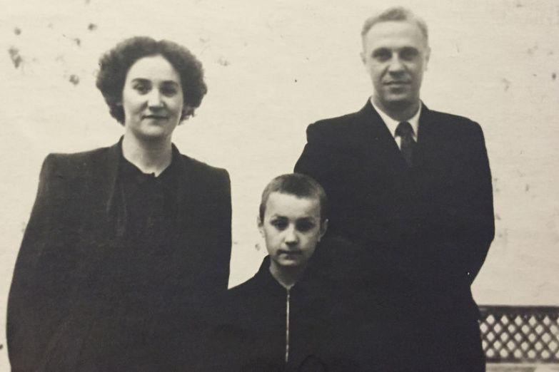 Анатолий Васильев с родителями