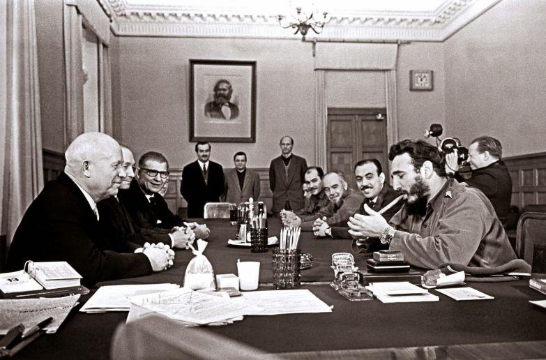 Фидель Кастро с 2 часами «Rolex» на руке курит сигару на встрече с Никитой Хрущёвым. Кремль. 1963 год