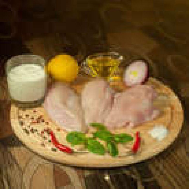 Готовим маринад. С лимонов снять цедру, выдавить сок, добавить оливковое масло, мелко нарезанный перец, листья мяты, все перемешать.