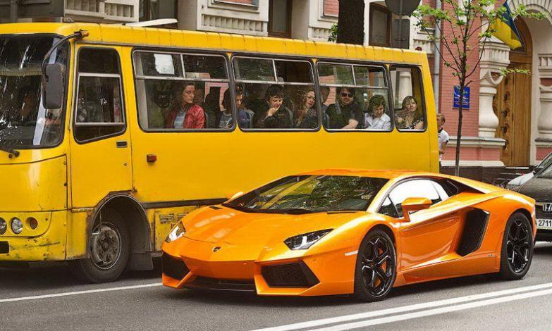 Вы только посмотрите на эти добрые приветливые лица пассажиров автобуса. прикол, совпадения, юмор