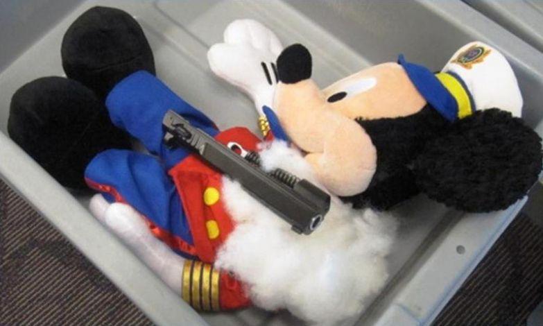 Пистолет в Микки контрабанда, прикол, смешно, фотографии