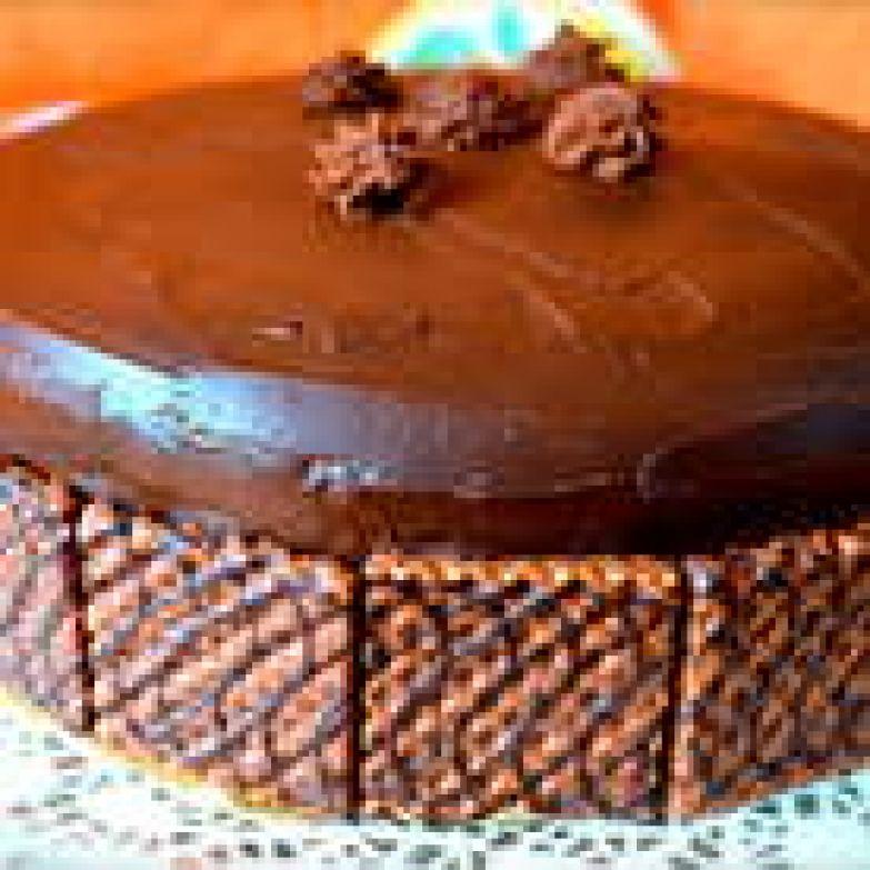 """Тогда я посоветовалась с Евой, и на следующий раз дала глазури подольше остыть в холодильнике... Как только ганаж немного загустел, я нанесла его на поверхность торта и распределила с помощью лопатки, покрыв им также и бока торта. Для украшения по всему периметру торта, по низу выкладываем """"декоративные"""" тонкие вафли, покрытые шоколадом (как на фото!). Остатки ганаша можно взбить с помощью миксера и отсадить на торт """"розочи"""" с помощью кондитерского мешка. На Ваше усмотрение... )))"""