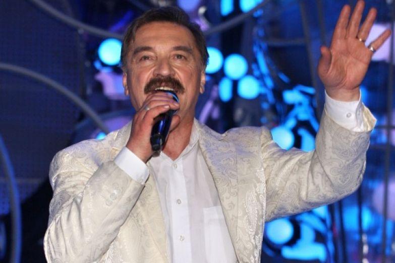 Александр Тиханович работал в ВИА «Верасы» почти 15 лет, после чего создал дуэт «Счастливый случай»