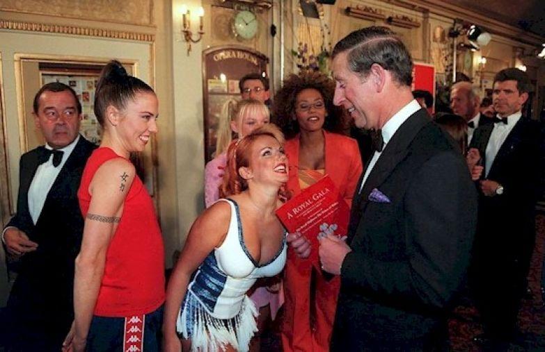"""14. Принц Чарльз просто не мог смотреться более неловко на встрече с """"Спайс Гелз"""" британия, королева Елизавета, королевская семья, этот неловкий момент"""