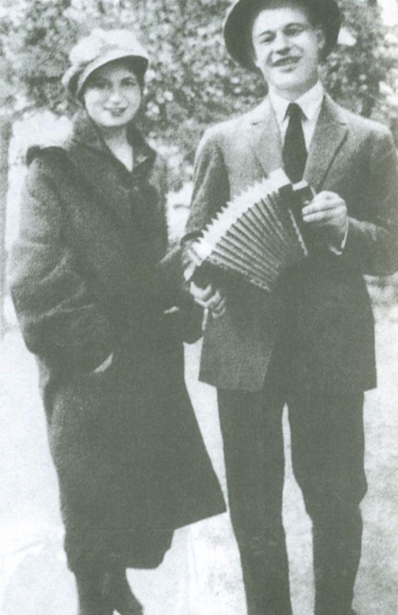Сергей Есенин с сестрой Екатериной на Пречистенском бульваре. Москва, 1925 год.