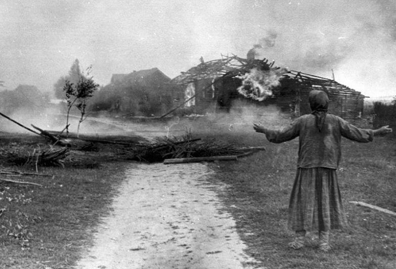 Русская женщина и ее горящий дом, 1942