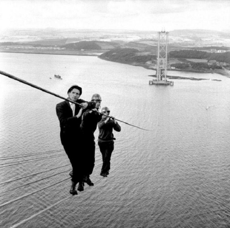Строительство висячего автомобильного моста через эстуарий Ферт-оф-Форт, соединяющего Эдинбург и Файф, Шотландия, 1961 год.