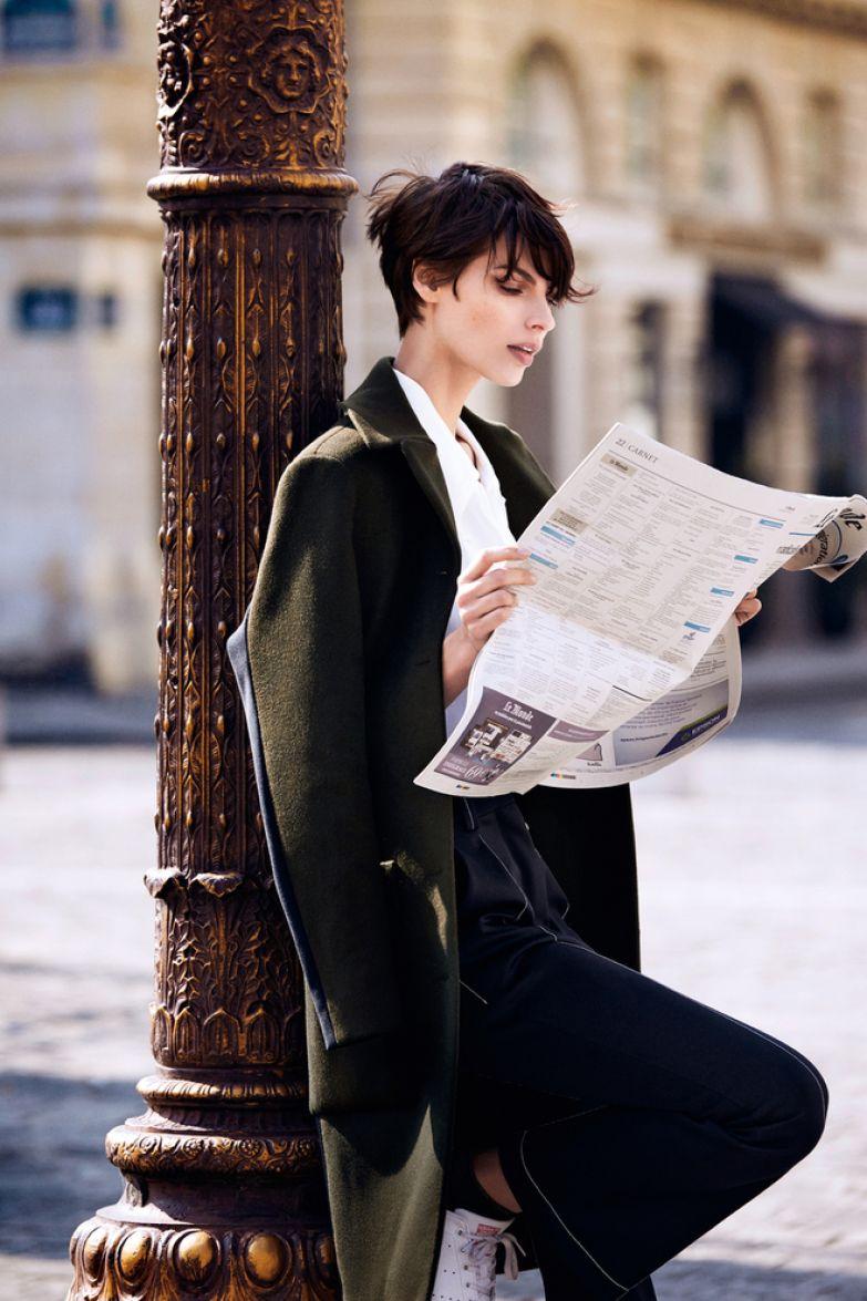 Шерстяное пальто, 252 000 руб., брюки из полиэстера, 71 000 руб., все Louis Vuitton; шелковая блузка, Ralph Lauren.