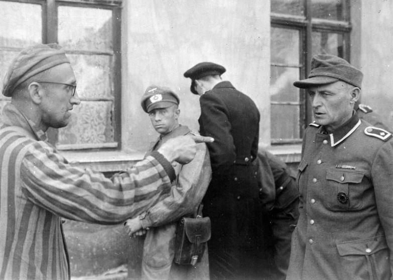 Выживший русский солдат идентифицирует бывшего охранника концлагеря Бухенвальд в Тюрингии, жестоко избивавшего заключенных, 14 апреля 1945 года, Германия