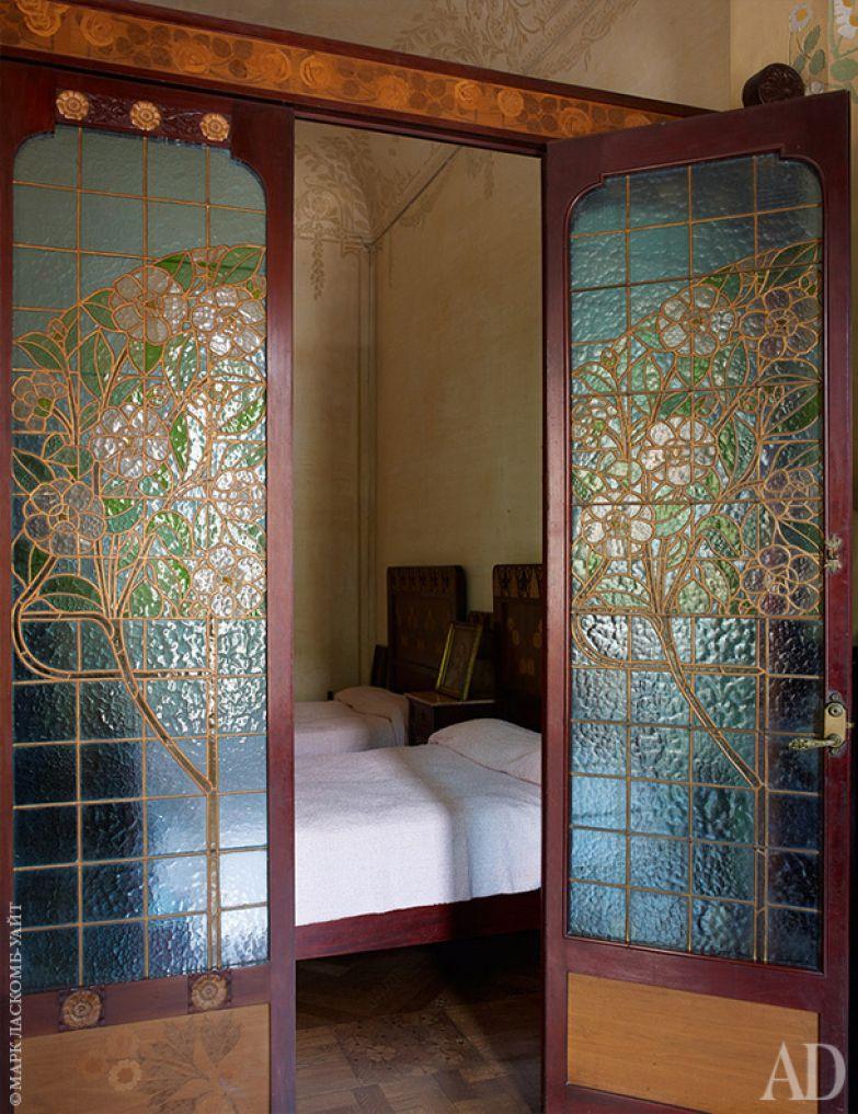 Одна из детских спален. Двери сделаны витражными — для красоты и обеспечения дополнительного освещения.