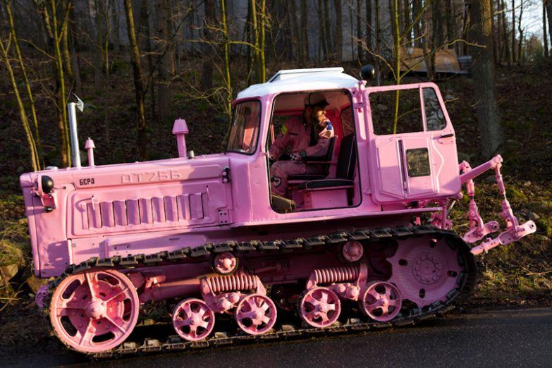 Тракторист, который вынужден часто приводить на работу свою дочурку. Тракторы, автобусы, автомобили, грузовики, тюнинг