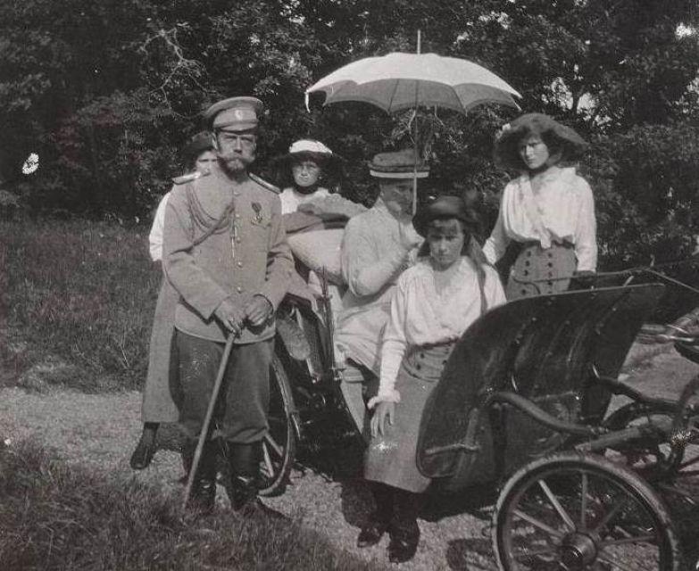 Императорская семья на прогулке в парке | Фото: liveinternet.ru