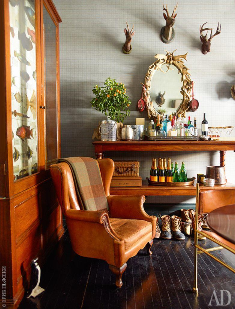 Фрагмент малой столовой, которая задумана как комната, где можно перекусить, придя с холода. Антикварное вольтеровское кресло найдено в Амстердаме, а стулья из бронзы и кожи приобретены на антикварном салоне в Брюсселе.