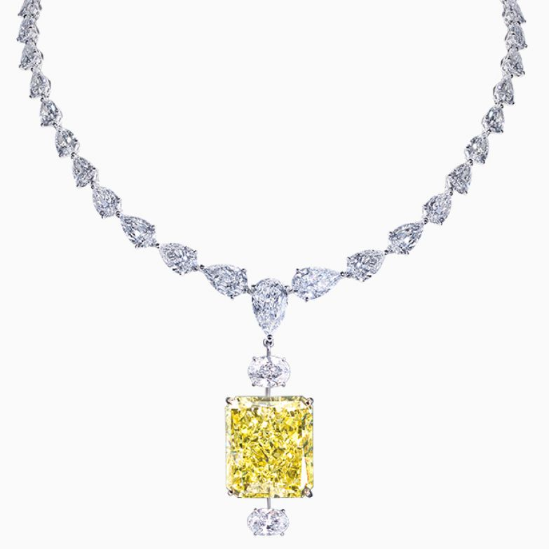 Крупные бесцветные бриллианты для Moussaieff — всего лишь материал, никакого культа. Здесь боготворят желтые, розовые и голубые камни