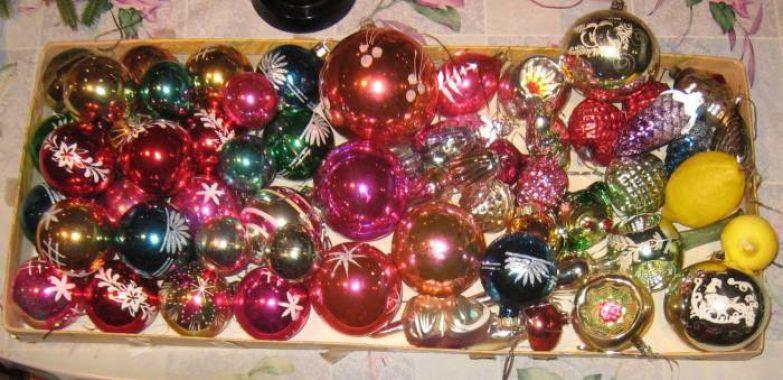 И много-много разноцветных стеклянных шаров.