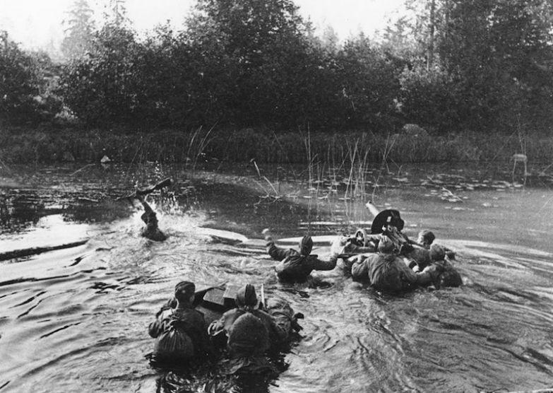 Советские пулеметчики во время пересечения реки вдоль линии фронта, январь 1945 года