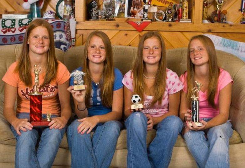 Четверняшки. Идентичные 14-летние близнецы Меган, Сара, Кендра и Калли Дерст стали знаменитыми еще в 6 лет. Сейчас девочки снимаются в реалити-шоу о своей жизни. дети, искусственное оплодотворение, мамы, многоплодная беременность