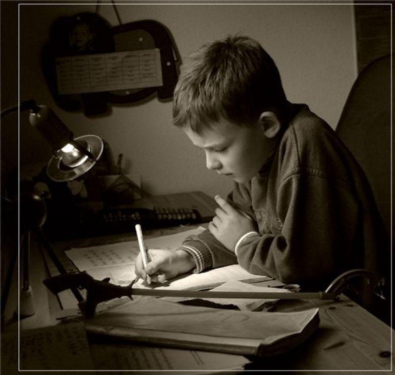 Мальчик учит уроки