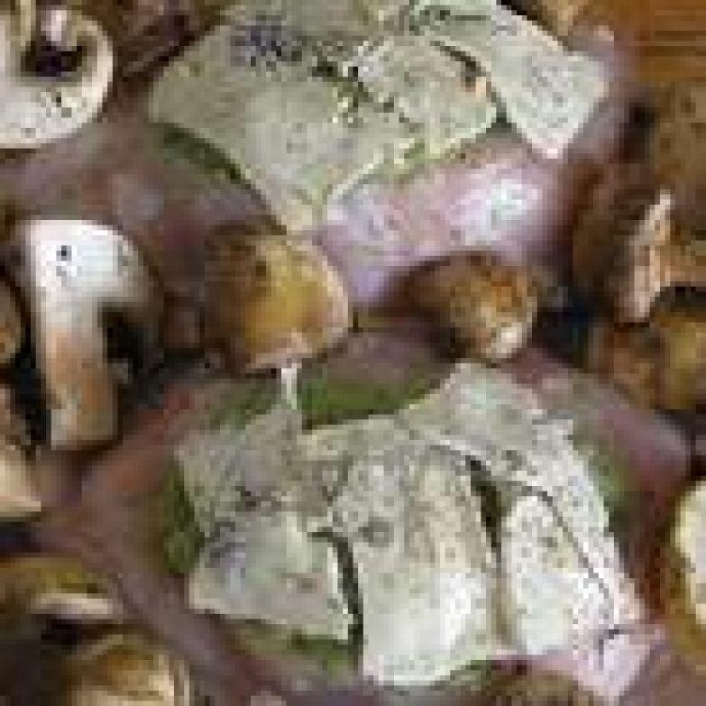 Грудки накрыть ломтиками сыра, добавить перец и тимьян. Грибы разложить по всей форме. Залить все белым вином. Отправить в разогретую до 200°C духовку.