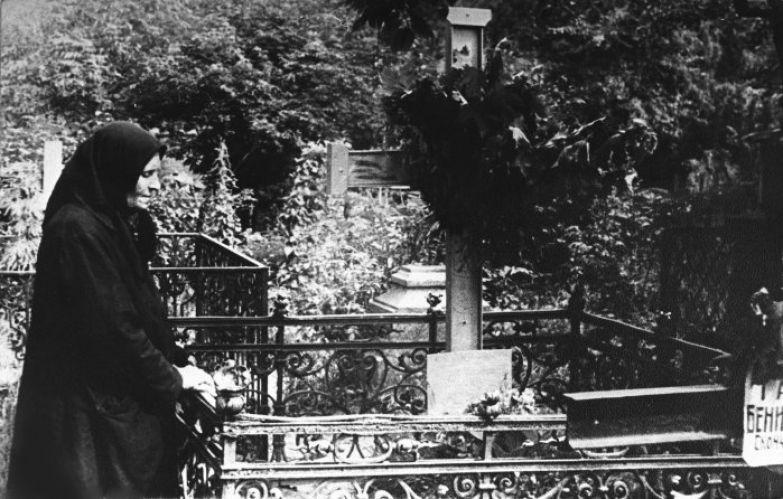Мать Сергея Есенина на его могиле. 1925 год.
