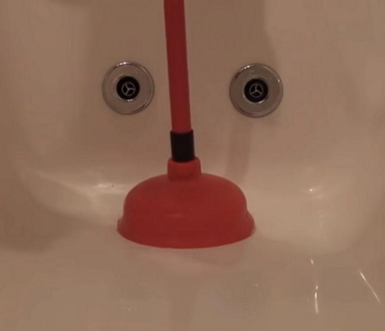 чистка ванны вантузом