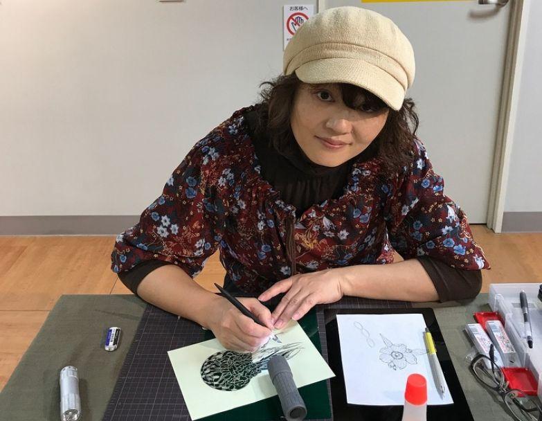 Художница с помощью скальпеля создает работы из бумаги, которые похожи на тончайшее кружево