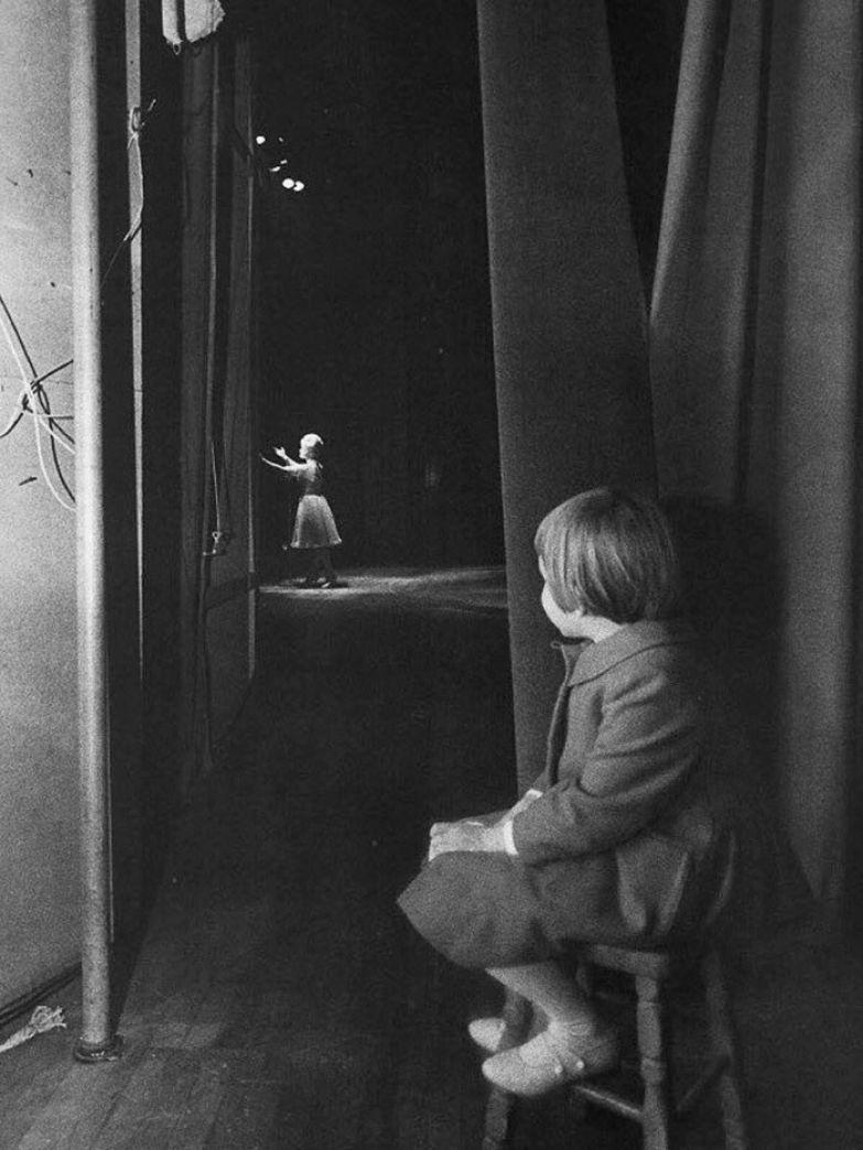 14. Маленькая Кэрри Фишер смотрит на свою маму Дебби Рейнольдс, выступающую на сцене, 1963 г. архивные фотографии, лучшие фото, ретрофото, черно-белые снимки