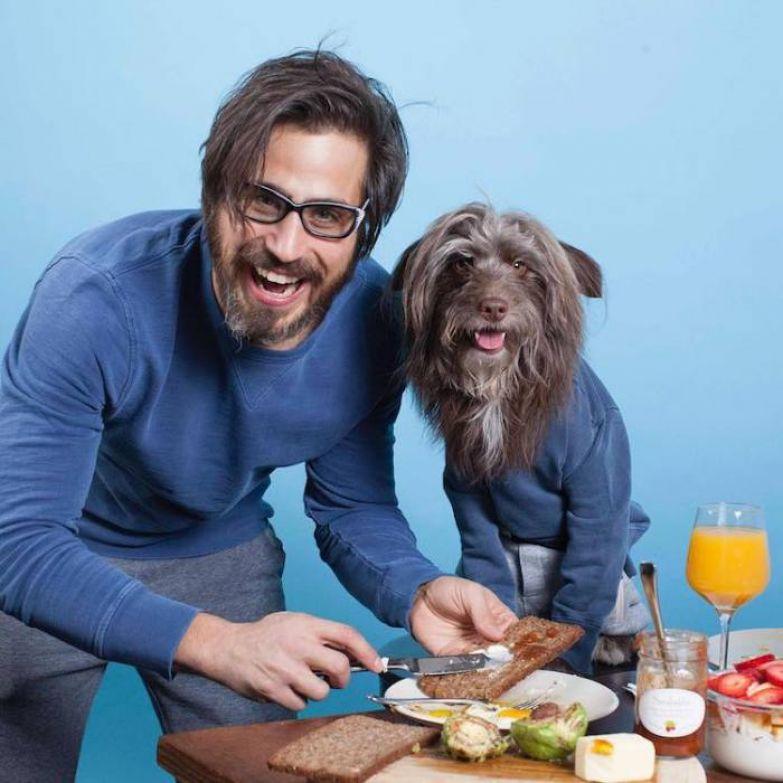 Тофер Броди любит одевать себя и пса в одинаковую одежду.