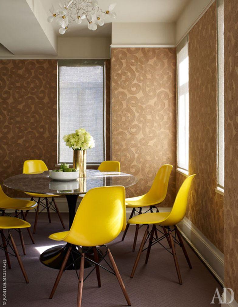 Классика дизайна: стулья, Eames окружают овальный стол, Eero Saarinen. Над столом висит светильник по дизайну Инго Мауэра.