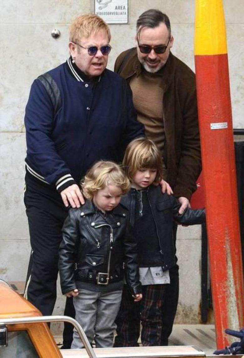 Элтон Джон с Дэвидом Фёрнишем и сыновьями. / Фото: www.probomond.ru
