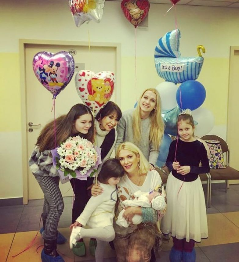 Актриса воспитывает четырех дочерей и маленького сына