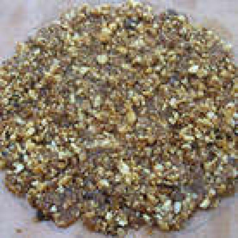 Хрустящий слой: Рисуем на пергаменте круг диаметром 16 см. Орехи мелко рубим. На среднем огне, периодически помешивая растопить сахар с лимонным соком Когда сахар полностью растопится, добавляем орехи и хорошо перемешиваем. Выкладываем на пергамент и даем остыть.