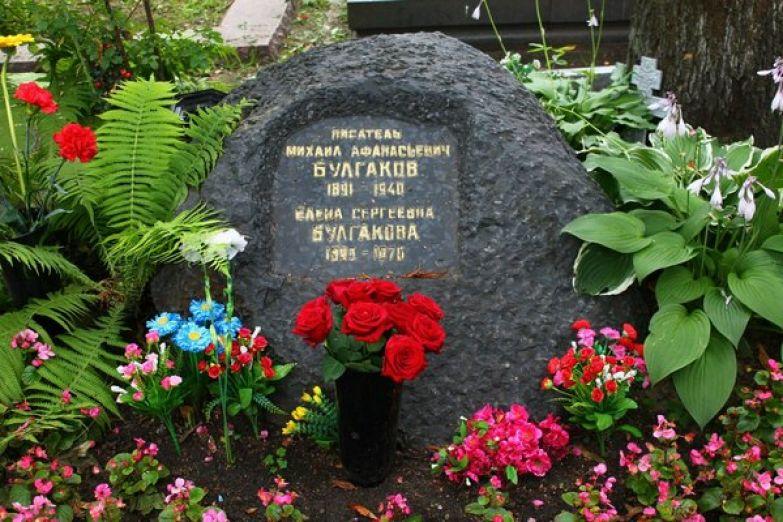 Надгробие на могиле Булгакова сделано из черноморского гранита.