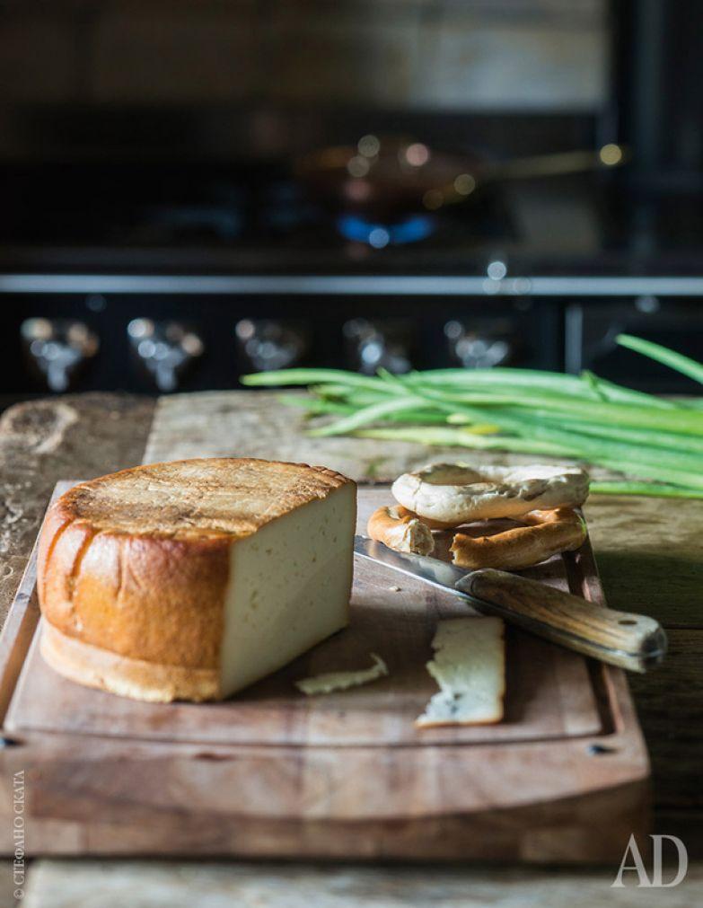 Копченые сыры и баранки добавляют кухне уюта, а хозяевам – гостей.