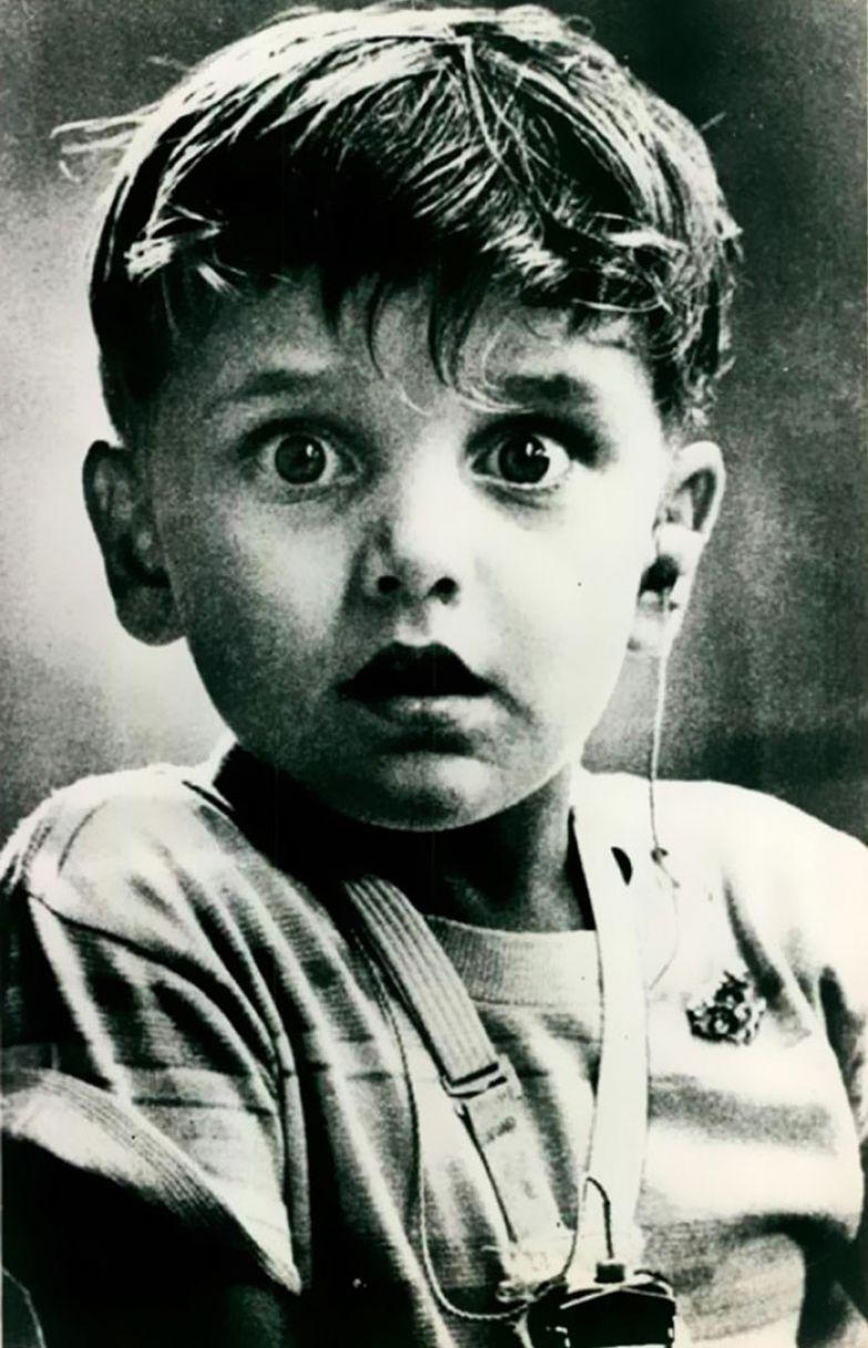 8. Глухой 5-летний Гарольд Уиттлес впервые в жизни слышит звуки - после установки слухового аппарата, 1974 г. архивные фотографии, лучшие фото, ретрофото, черно-белые снимки