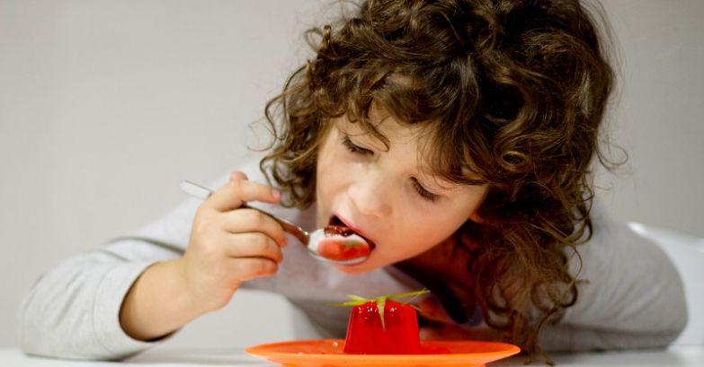 девочка ест желе