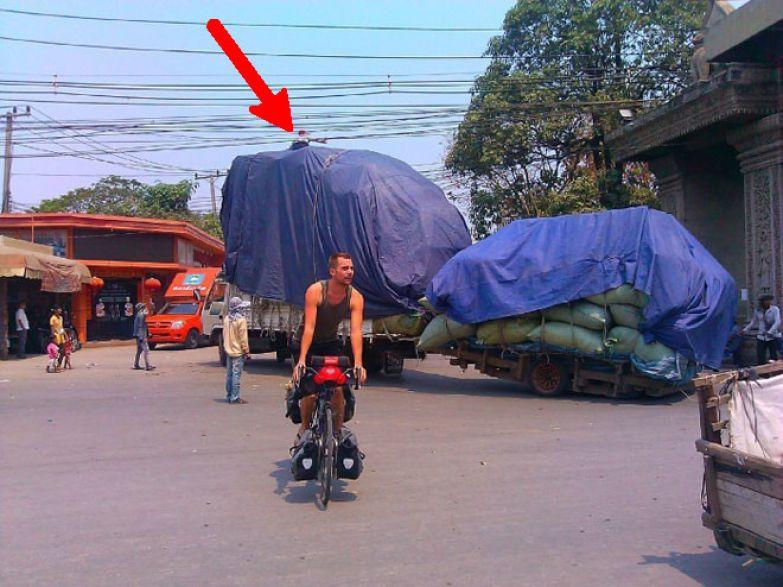 Для приподнимания проводов над ценным грузом сидит специально обученный человек люди, таиланд, юмор
