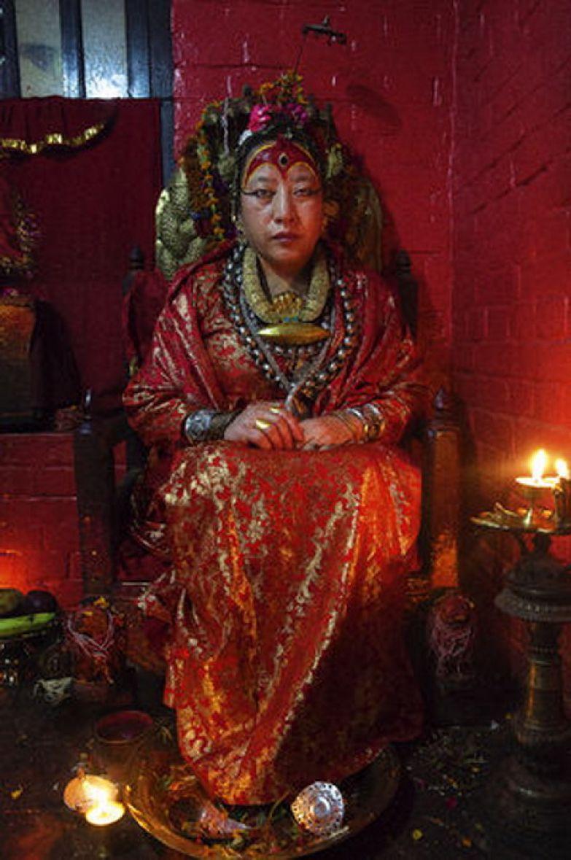 Дана Баджрачарья, 62 года. Эта женщина - единственная пожизненная кумари, поскольку у нее не начались месячные. Она по сей день принимает страждущих и не разговаривает