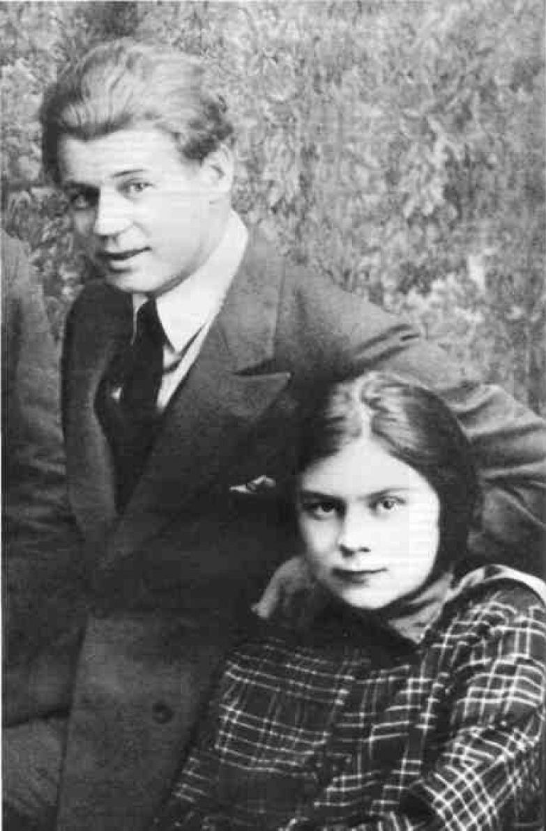 Сергей Александрович Есенин и его третья жена София Толстая. Сентябрь 1925 года.