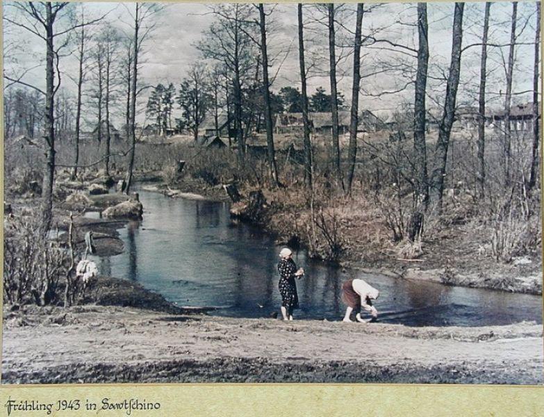 Советские крестьянки стирают белье в реке. Весна 1943 года. Калужская область.
