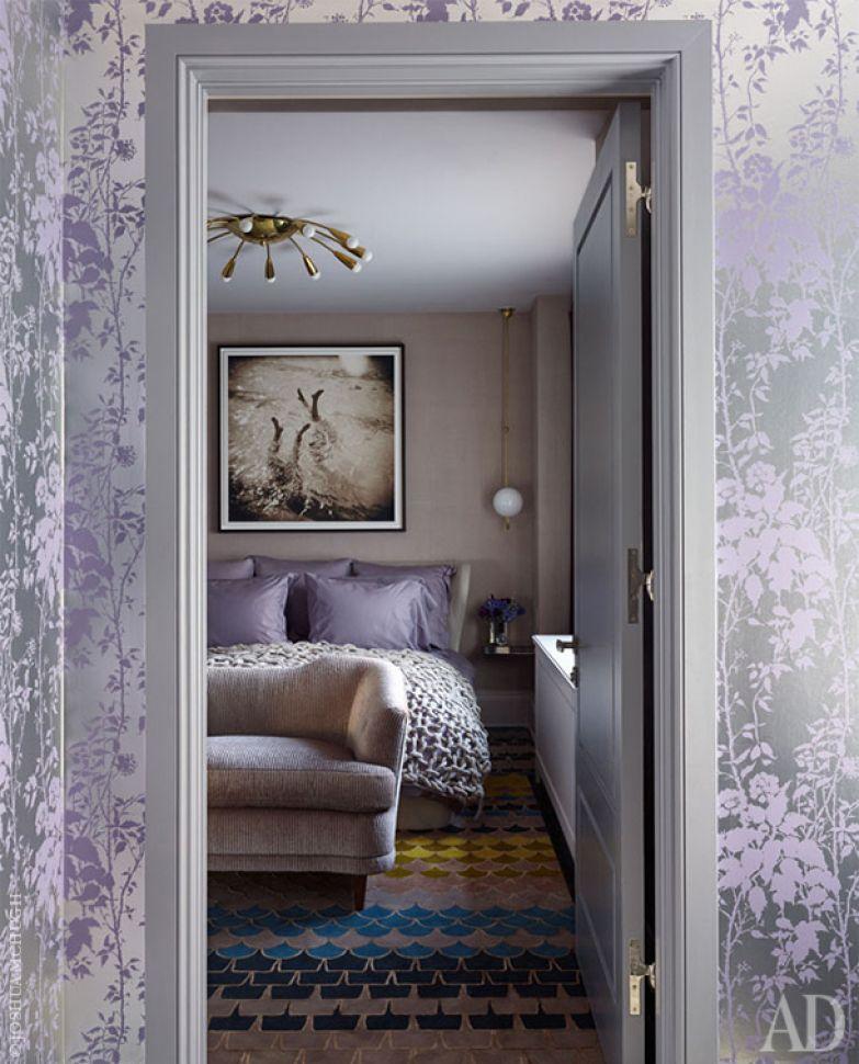 Вход в спальню оформлен обоями Florence Broadhurst от de Gournay.