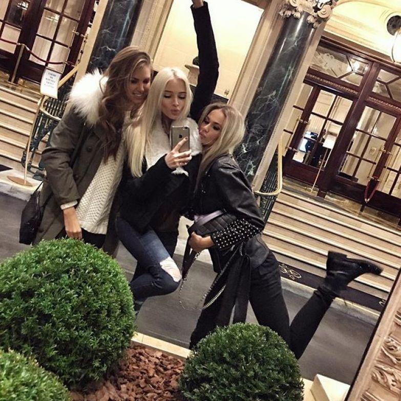 Алена Шишкова с подругами в Париже