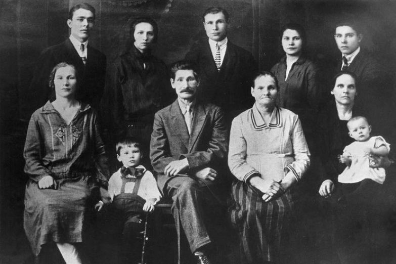 Семейный портрет Брежневых. Крайний слева во втором ряду — Леонид Брежнев