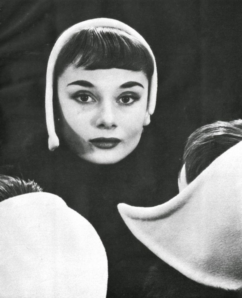 Одри Хепберн, тогда еще модель, на фотографии Erwin Blumenfeld в его студиив Нью-Йорке. 1952г.