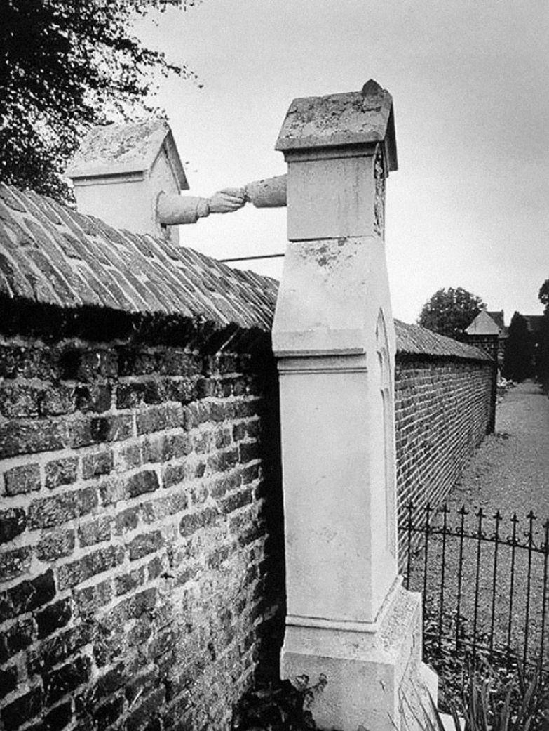 11. Могилы жены-католички и мужа-протестанта, Голландия, 1888 г. архивные фотографии, лучшие фото, ретрофото, черно-белые снимки