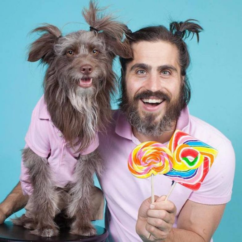 Собака и его хозяин нереально похожи друг на друга.