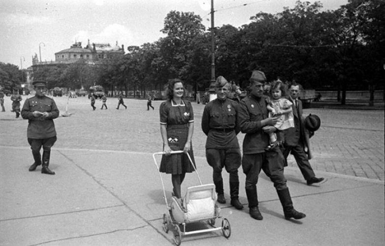 Чтобы предотвратить оскорбления своего ребёнка, матери-австрийки часто десятилетиями скрывали, кто на самом деле его отец. /Фото: cdn.net